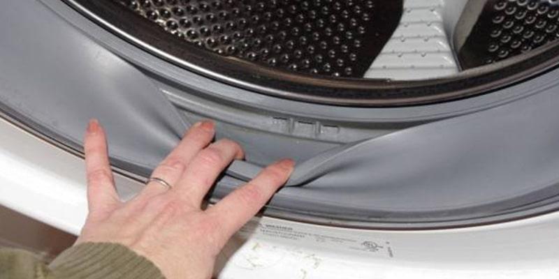 برای جلوگیری از ایجاد رسوبات، قارچ و بوی بد، حلقه پلاستیکی دور درب ماشین لباسشویی را شستشو دهید
